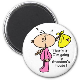 El ir al bebé de la casa de la abuela (rosa) imán de nevera