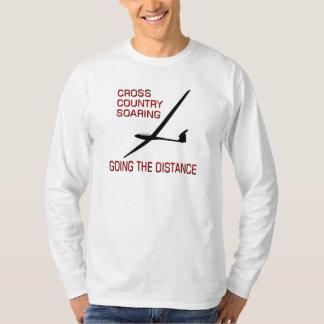 El ir de elevación del campo a través… la camisas