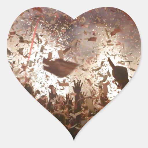 El ir de fiesta de la muchedumbre pegatina en forma de corazón