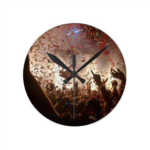 El ir de fiesta de la muchedumbre relojes