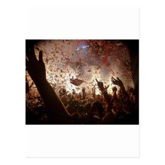 El ir de fiesta de la muchedumbre tarjetas postales