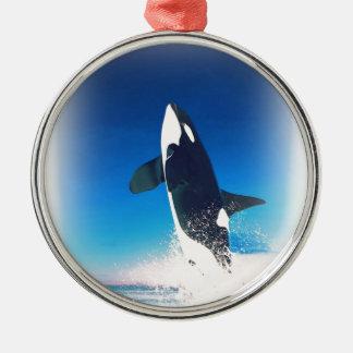 El ir para la orca de la infracción adorno navideño redondo de metal