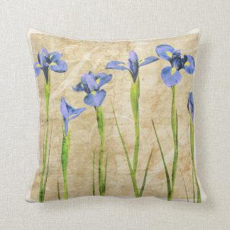 El iris púrpura azul florece el fondo de Brown Cojín