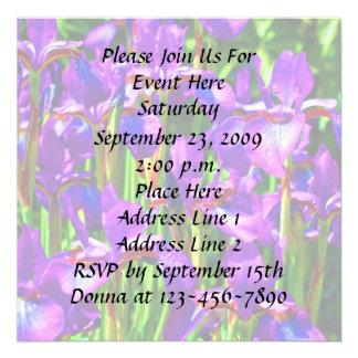 El iris púrpura florece la invitación