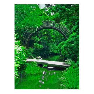 El jardín japonés tiende un puente sobre la postal