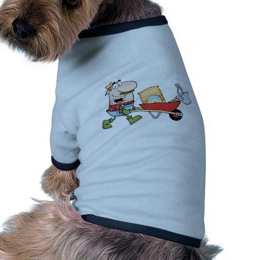 El jardinero feliz conduce una carretilla con las  ropa de mascota
