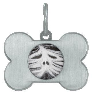 El jefe del leviatán (surrealismo blanco y negro) placa de nombre de mascota