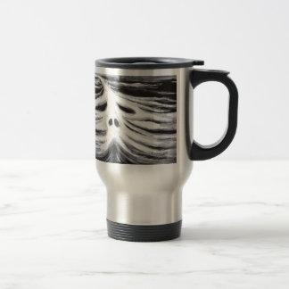 El jefe del leviatán (surrealismo blanco y negro) taza de viaje