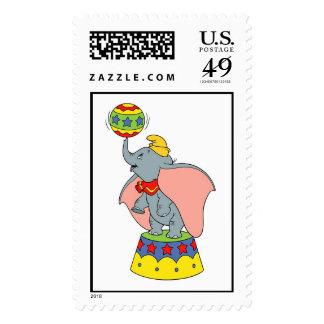 El Jr. enorme de Dumbo que hace girar una bola Franqueo