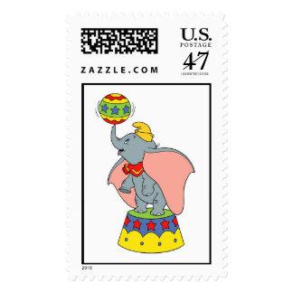 El Jr. enorme de Dumbo que hace girar una bola Sellos