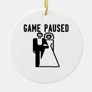 El juego se detuvo brevemente novia y novio adorno navideño redondo de cerámica