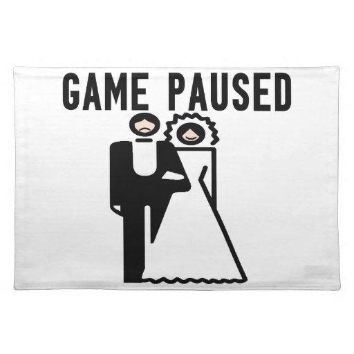 El juego se detuvo brevemente novia y novio manteles