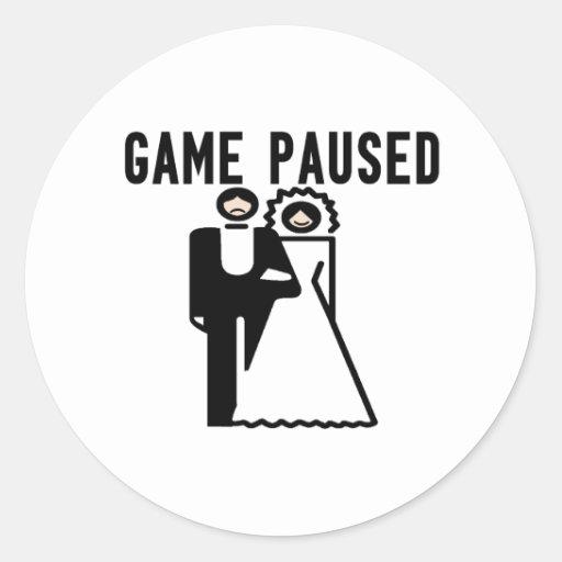 El juego se detuvo brevemente novia y novio pegatina redonda