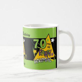El juerguista de 70 años personaliza la taza del
