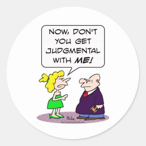 El juez consigue crítico con la esposa pegatina redonda