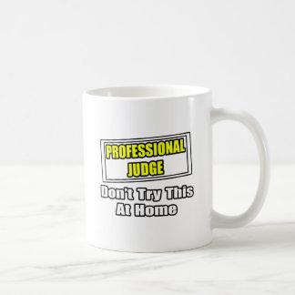 El juez profesional… no intenta esto en casa taza básica blanca
