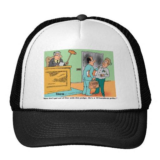 El juez sostiene el mazo de largo mango gorras de camionero