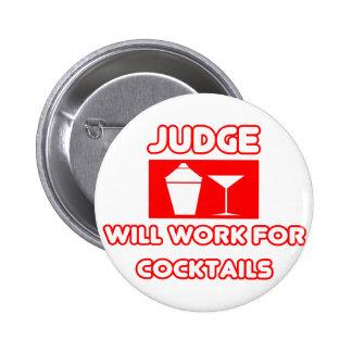 El juez… trabajará para los cócteles pin redondo de 2 pulgadas
