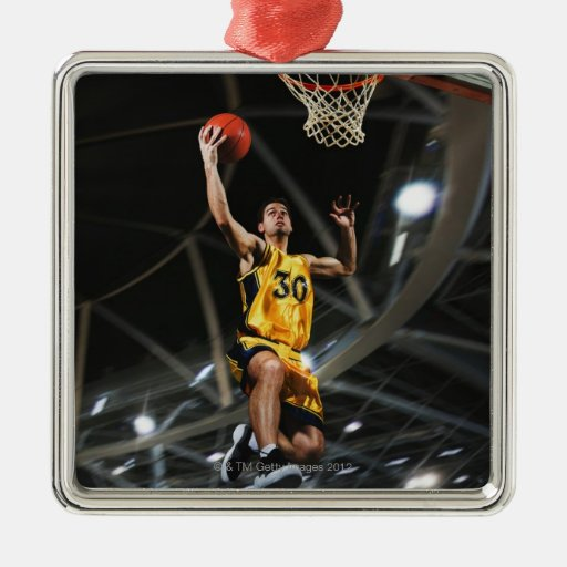 El jugador de básquet que salta en aire adorno de navidad