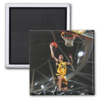 El jugador de básquet que salta en aire imán cuadrado