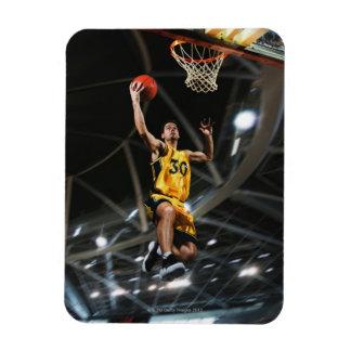 El jugador de básquet que salta en aire imanes de vinilo