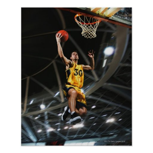 El jugador de básquet que salta en aire posters