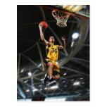 El jugador de básquet que salta en aire postales