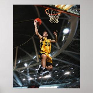 El jugador de básquet que salta en aire póster