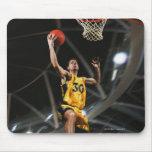 El jugador de básquet que salta en aire tapete de raton