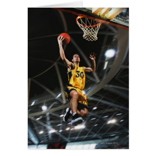 El jugador de básquet que salta en aire tarjeta de felicitación