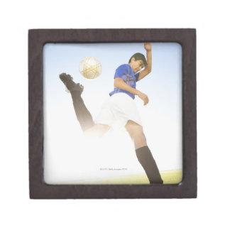 El jugador de fútbol salta el retroceso con el pie cajas de recuerdo de calidad