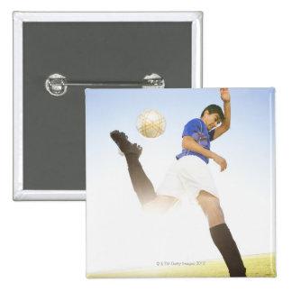 El jugador de fútbol salta el retroceso con el pie pin cuadrada 5 cm