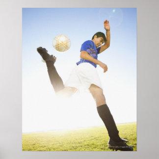El jugador de fútbol salta el retroceso con el pie póster