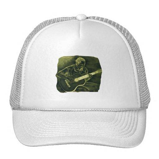 el jugador de la guitarra acústica sienta el amari gorras