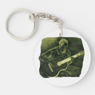 el jugador de la guitarra acústica sienta el amari llavero redondo acrílico a doble cara
