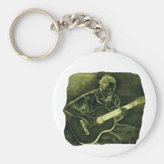 el jugador de la guitarra acústica sienta el amari llavero redondo tipo pin