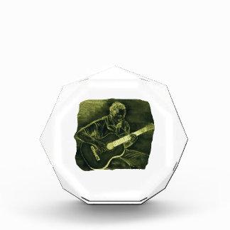 el jugador de la guitarra acústica sienta el amari