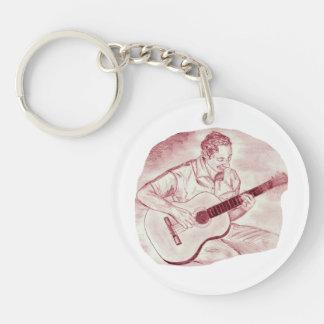 el jugador de la guitarra acústica sienta el bosqu llaveros