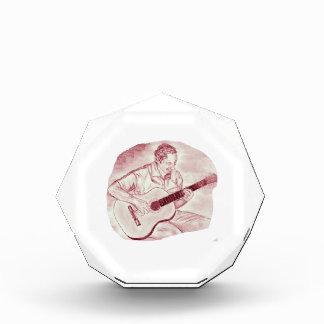 el jugador de la guitarra acústica sienta el bosqu