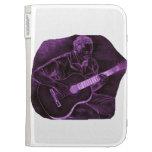El jugador de la guitarra acústica sienta la púrpu
