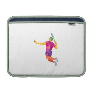 El jugador del bádminton salta el polígono bajo funda  MacBook