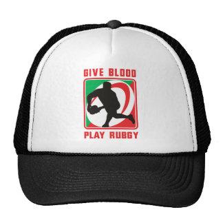 El jugador del rugbi que pasa el frente de la bola gorras