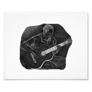 el jugador invertido de la guitarra acústica sient impresiones fotográficas