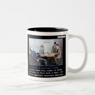 El jugar absolutamente taza de café de dos colores