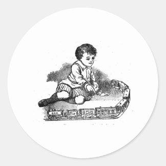 El jugar con el tren pegatina redonda