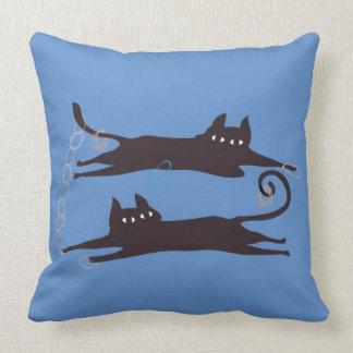 El jugar de dos gatos almohadas