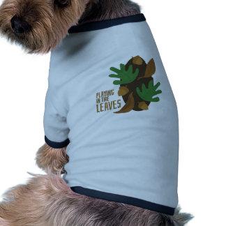 El jugar en hojas camiseta con mangas para perro
