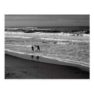 El jugar en las ondas de la postal del Océano Pací