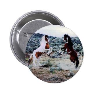El jugar joven de dos caballos pin redondo de 2 pulgadas