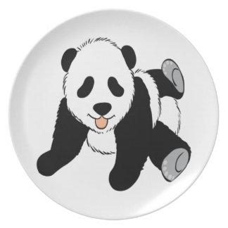 El jugar lindo del cachorro de la panda del bebé plato